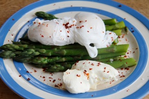 asparagus and poached eggs with thick yoghurt